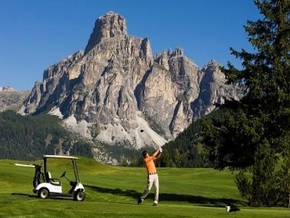 Abb. zu Das Fünf-Sterne-Hotel Sassongher bietet alpinen 9-Loch Golfplatz